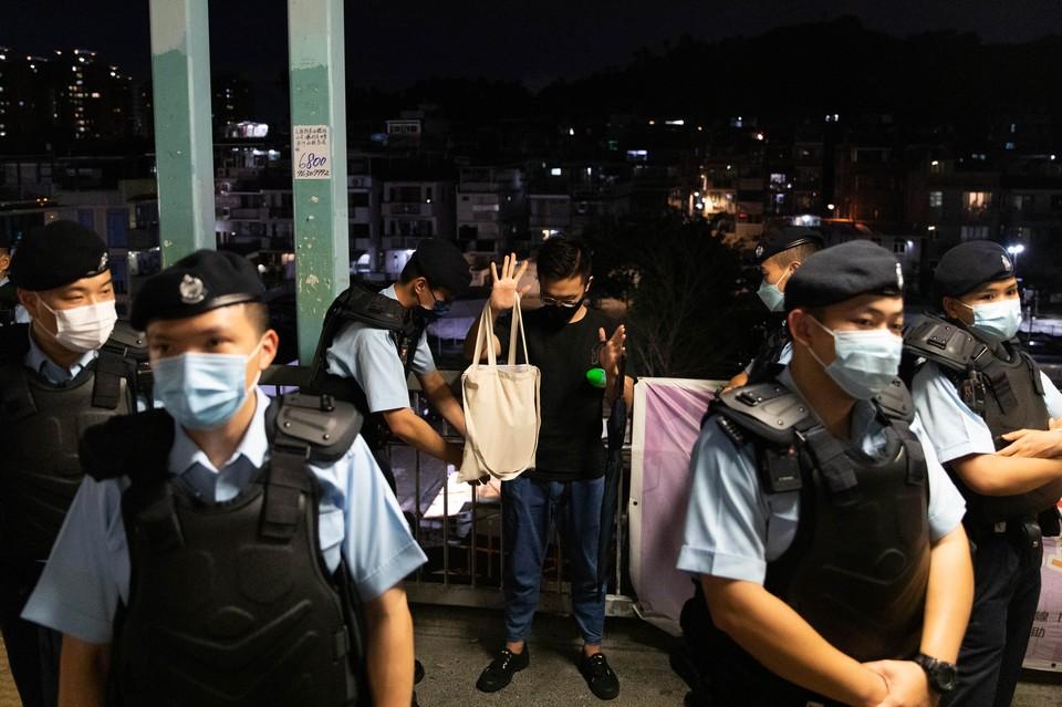 Пятеро арестованы в Гонконге за подстрекательство к мятежу из-за детской книги об овцах.