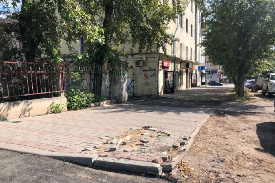 После зимы «поехали» дорожное покрытие и бордюр на перекрестке улиц Карла Маркса и Труда. Фото: onf.ru