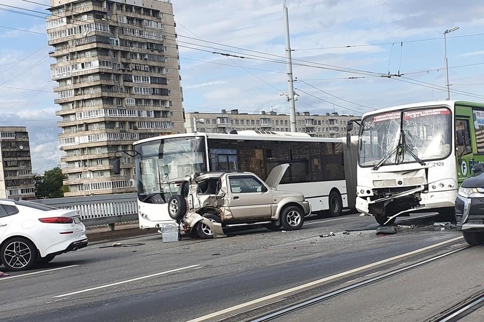 "Водитель ""Сузуки"" тяжело пострадал в ДТП. Фото: vk.com/spb_today"