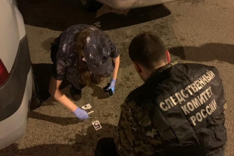 Сейчас правоохранители разыскивают стрелявшего. На месте происшествия работает следственно-оперативная группа