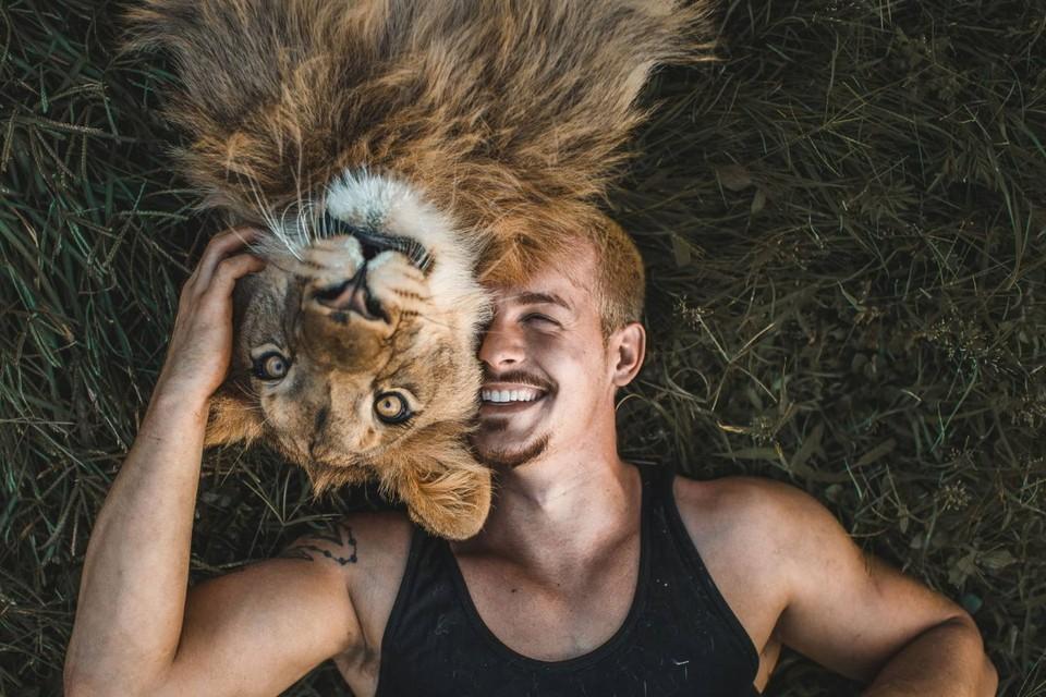 Каждый день Дин выкладывает милые видео, на которых он обнимается с дикими животными. Фото: кадр видео