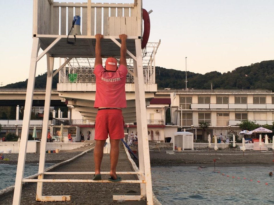 Спасатель на сочинском пляже
