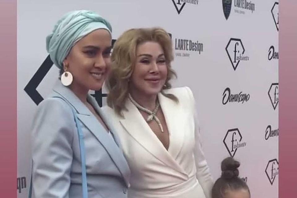 Татьяна Плаксина пришла на вечеринку вместе со своей мамой Любовью Успенской. Фото: кадр видео.