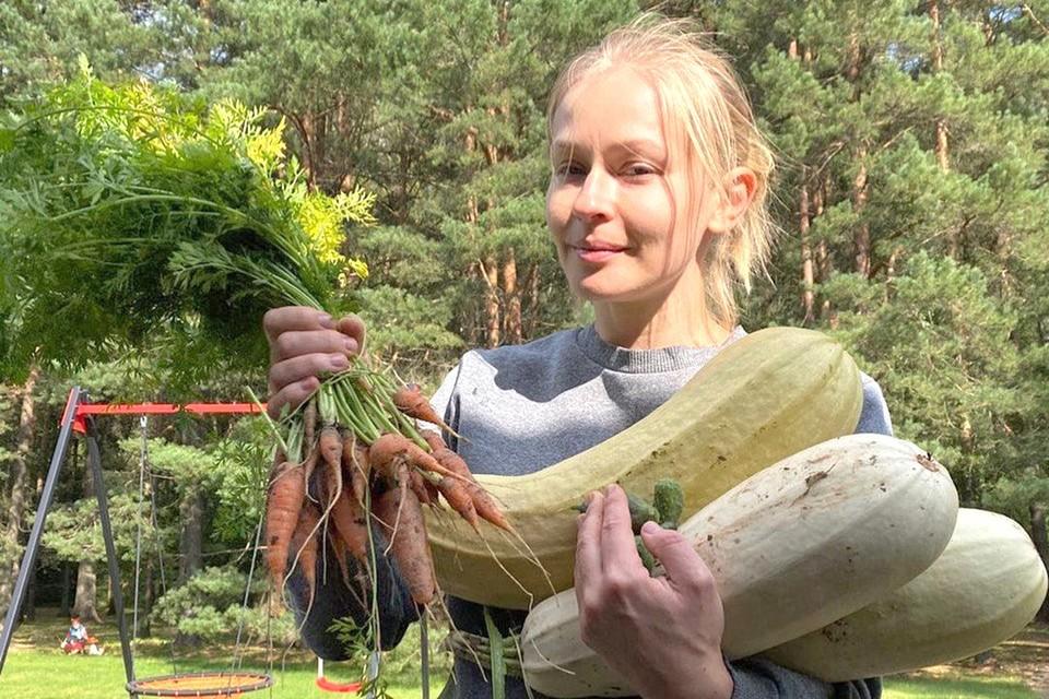Юлия Пересильд с урожаем со своего огорода. Фото: кадр программы «На даче», Первый канал.