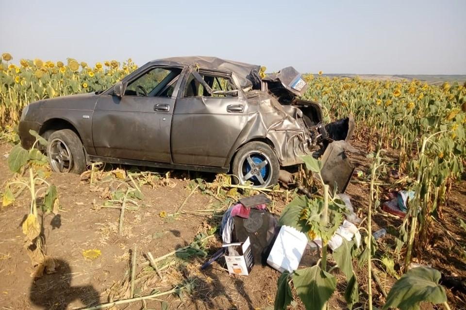 Машина съехала с дороги и перевернулась. Фото: отдел пропаганды ГИБДД по Ростовской области.