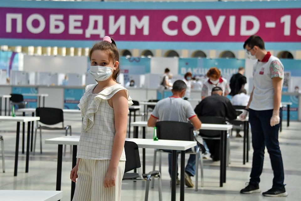 С приближением учебного года встает вопрос, стоит ли прививать их от гриппа, и поможет ли это защитить их от коронавируса