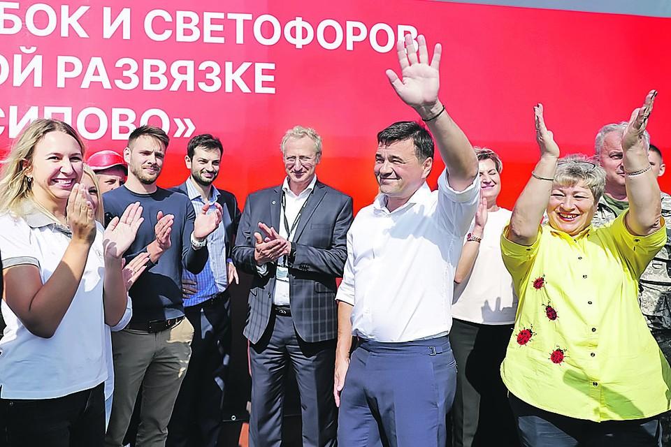 Андрей Воробьёв вместе с местными жителями и резидентами ИП «Есипово» открыл движение по дорожной развязке. Фото: Константин СЕМЕНЕЦ