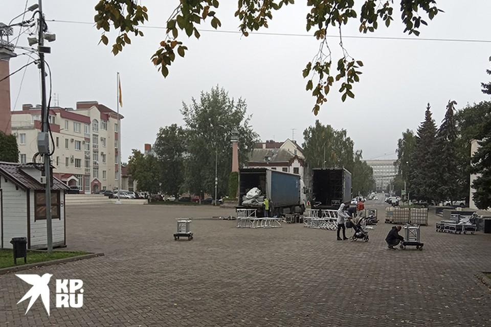 На площади Славы монтируют сцену к приезду Юрия Башмета