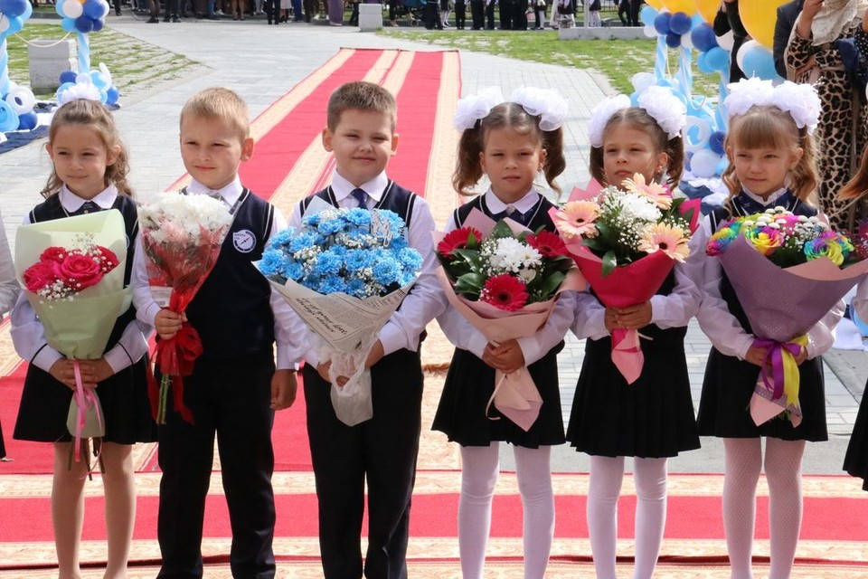 В школе первоклашек встречали как звезд. Фото: Кристина ЛАЗАРЕВА
