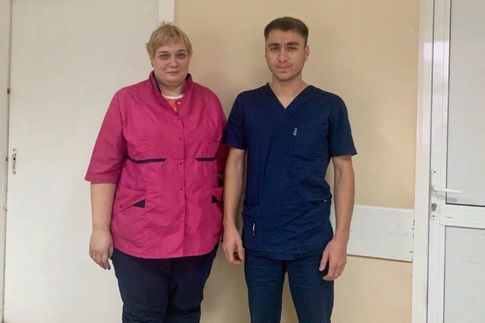 Врач-терапевт Евгения Мацепа и санитар Расул Арсланов. Медработники спасали жизни пациентов в ночь пожара.