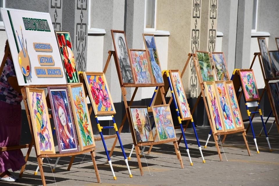 Ежегодно в учреждении проводят более 90 выставок детского художественного творчества и концертов. Фото пресс-службы администрации Алексеевского городского округа.