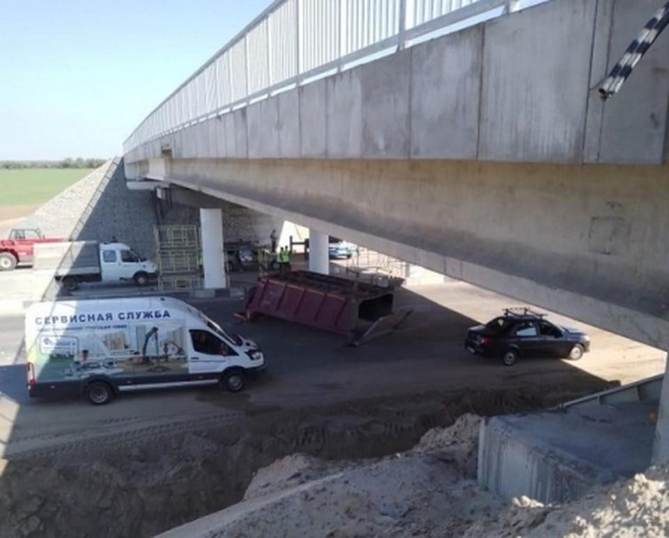 Водитель самосвала с поднятым кузовом врезался в строящийся мост под Волгоградом.