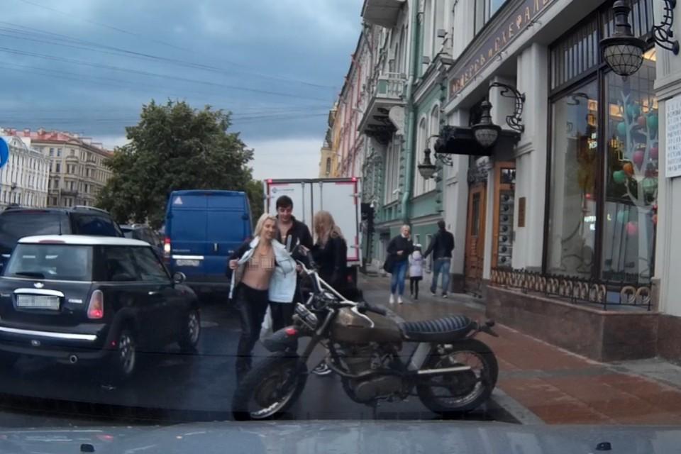 В Петербурге обнаженная девушка устроила фотосессию с чужим мотоциклом. Фото: vk.com/spb_today_unpublished
