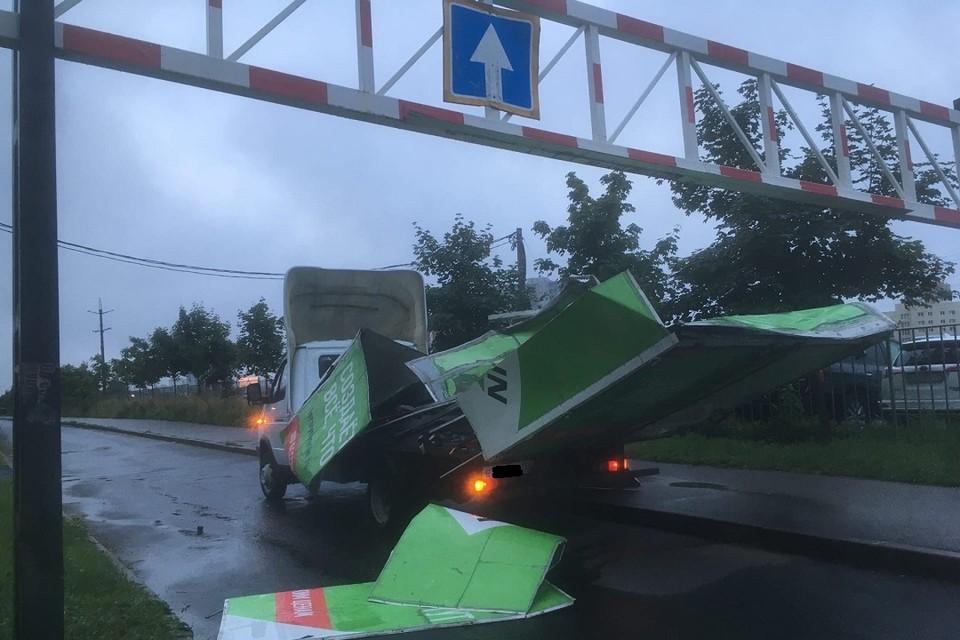 """""""Газель"""" разбилась об ограничитель в Кудрово. Фото: vk.com/spb_today"""