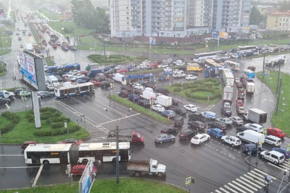 Автомобили встали в жесткую пробку на круговой на Софийской
