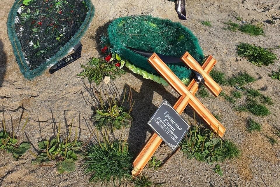 Одна из могил, пострадавших от рук вандалов. Фото МБУ «Бюро ритуальных услуг»