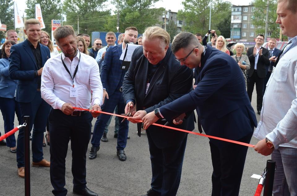 Председатель совета директоров ГК «БН-Моторс» Алексей Подщеколдин с партнерами, друзьями и командой открыл автосалон в Орле.