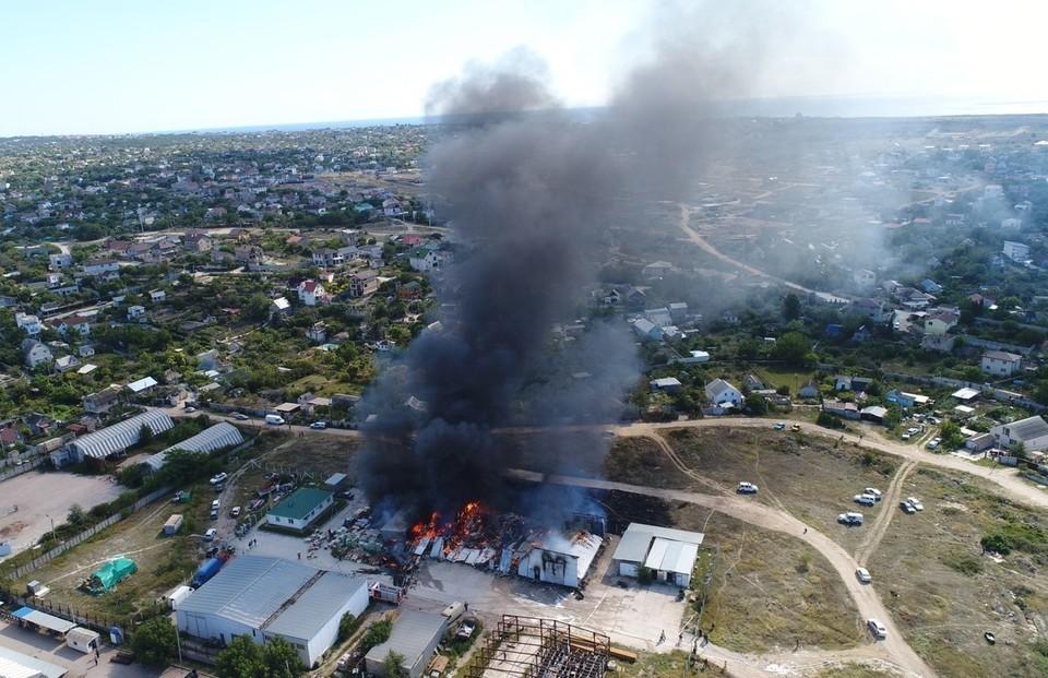 Сотрудникам МЧС удалось локализовать огонь. Фото: пресс-служба МЧС России ГУ по городу Севастополю.