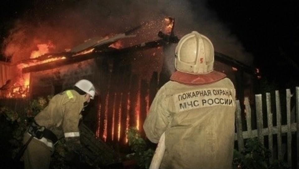 Частная баня сгорела ночью в Рославльском районе. Фото: пресс-служба ГУ МЧС по Смоленской области.