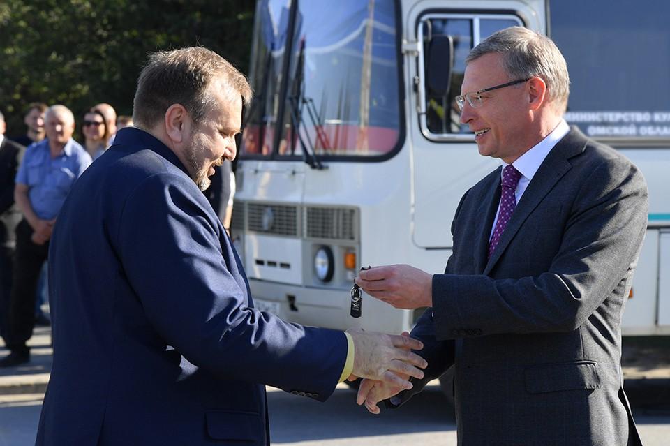 Губернатор передал омским районным больницам 97 новых машин