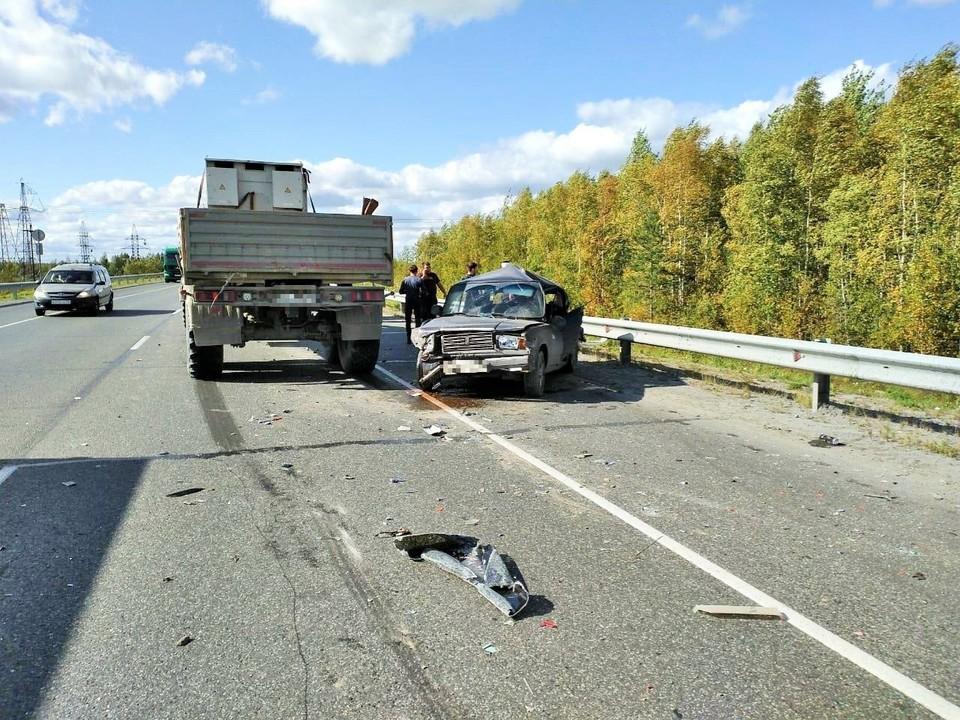 В Югре легковой автомобиль врезался в КАМАЗ Фото: УГИБДД России по ХМАО-Югре