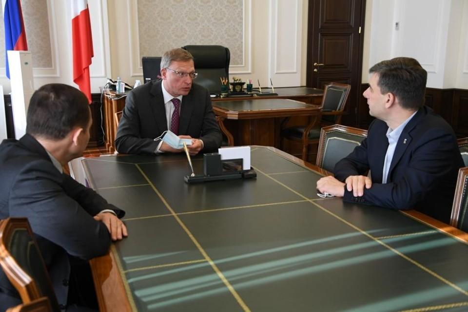 В омском правительстве назвали дату повышения зарплат бюджетникам.
