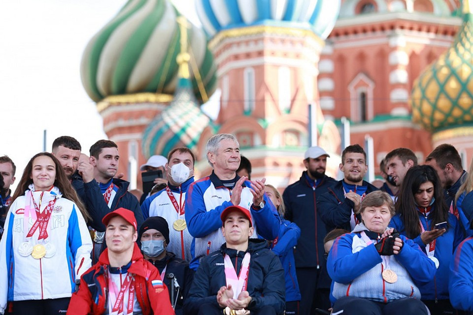 Паралимпийцы на Красной площади. Роман Жданов в центре (фото: Паралимпийский комитет России)