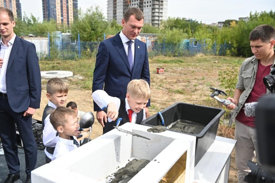 Михаил Дегтярев вместе с первоклассниками Индустриального района заложил памятную капсулу в основание новой школы.