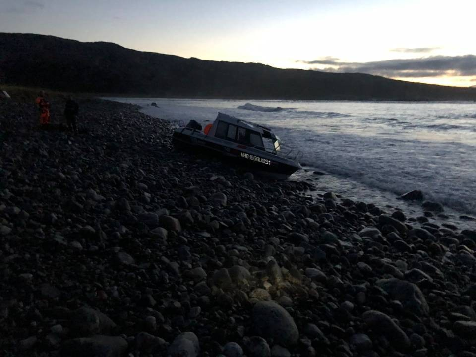 Катер перевернулся, потом его прибило к берегу.