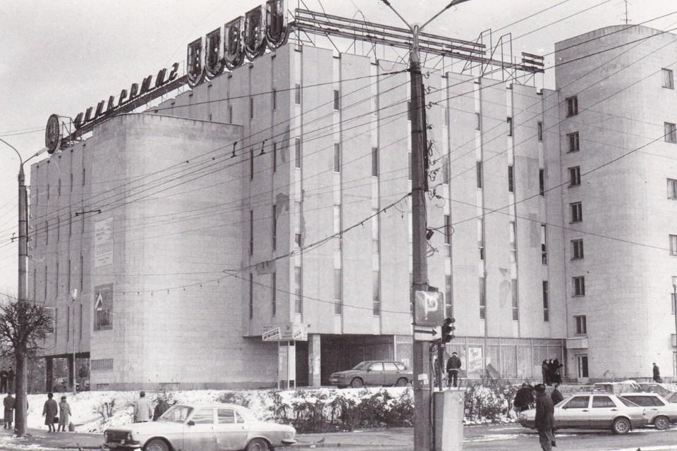 Открытый 7 октября 1982 года универмаг стал самым большим торговым центром Калинина и главным местом притяжения горожан. Фото: Фотоархив сообществаVK «Тверская Ностальгия»