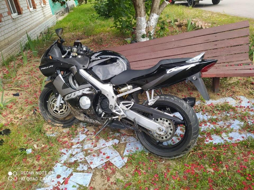Мотоциклист разбился об лавочку у подъезда