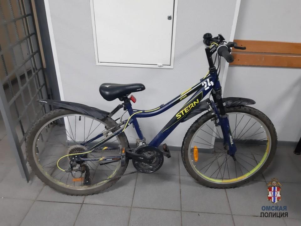 Омич украл велосипед из подъезда, чтобы попасть домой.