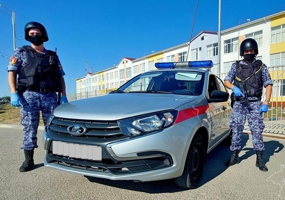 Сотрудники Росгвардии в Крыму задержали нарушителя, который разрушил школьный забор и пытался скрыться. Фото: пресс-служба Росгвардии по Крыму