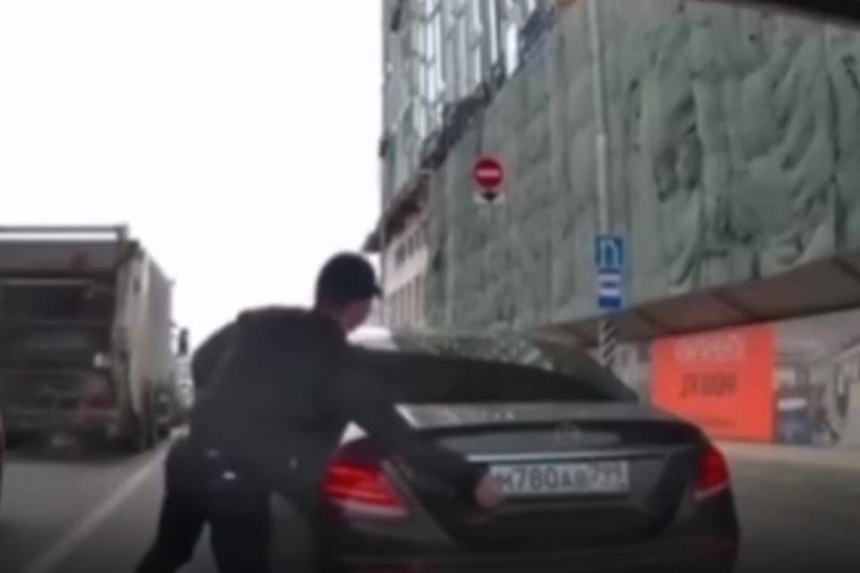 В интернет попало видео, на котором москвич на черном «Мерседесе» выходит из машины, снимает госномера, кладет их в салон и выезжает на «выделенку».