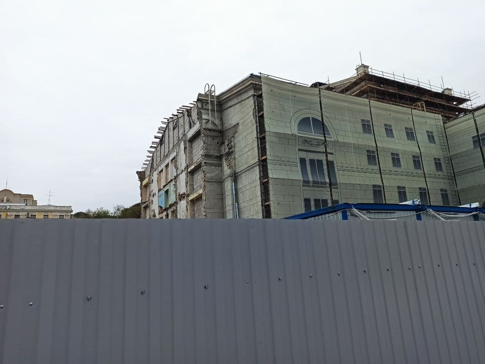 Сейчас историческое здание закрыто на реконструкцию