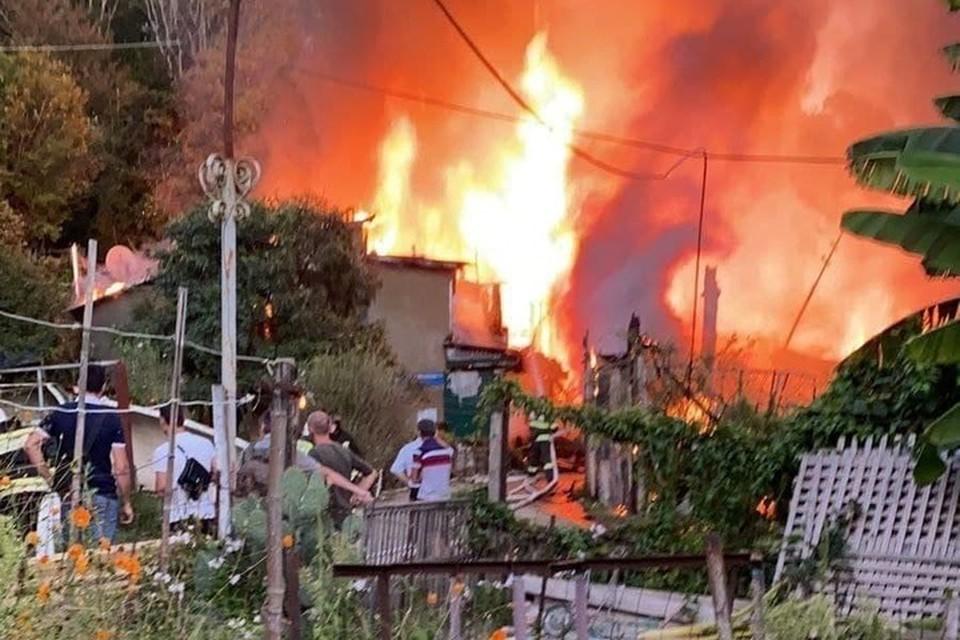 В Сочи сгорел барак. Фото:@typsochi