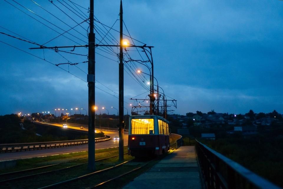 Омичи недовольны состоянием трамвайных остановок.