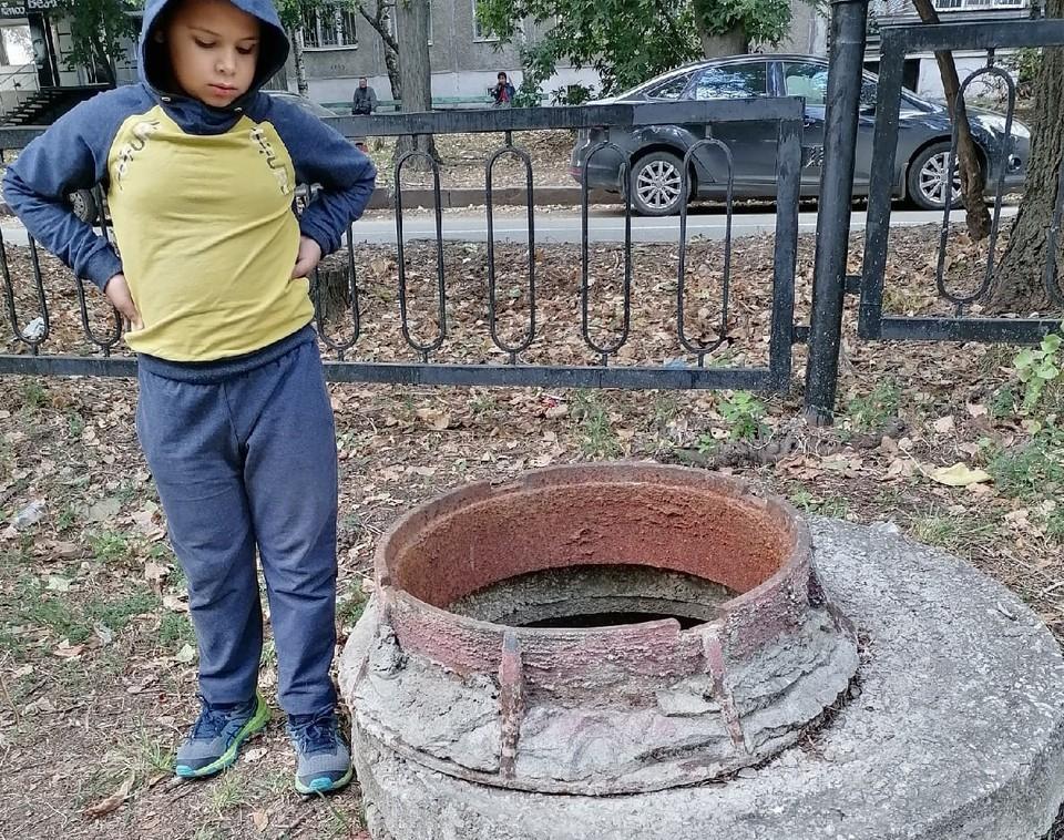 Открытый люк у детской площадки