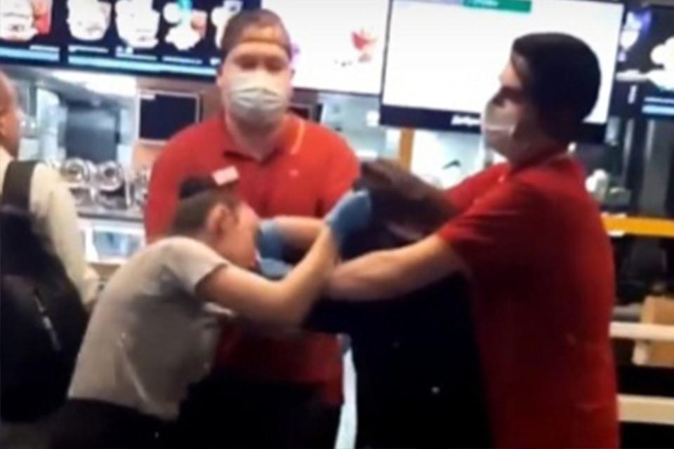 Конфликт у кассы в ресторане засняли очевидцы Фото: vk.com/news69 (скрин видео)