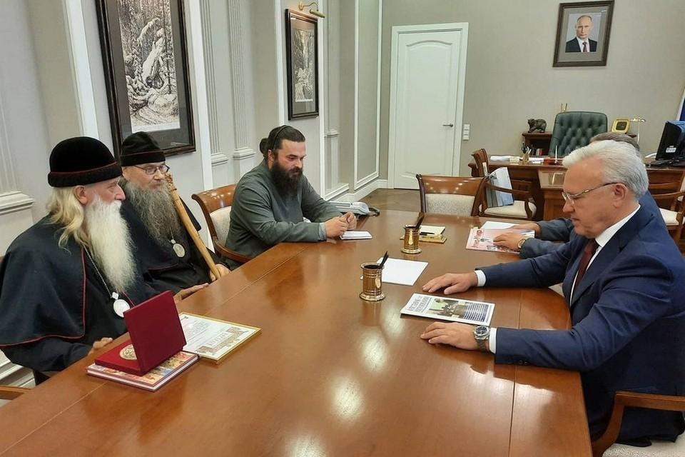 Красноярские старообрядцы попросили у губернатора передать им ценные иконы. Фото: пресс-служба правительства края