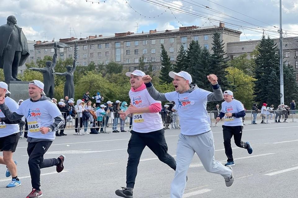 Прохладная погода не смутила сибиряков — сотни участников вышли на старт.