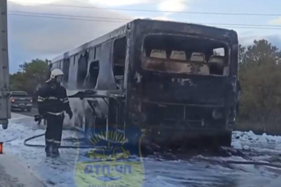 Автобус загорелся во время поездки. Фото: скриншот видео/vk.com/murmansk_dtp