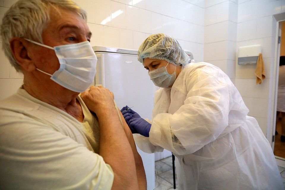 При приеме определенных препаратов эффективность вакцины может быть ниже.