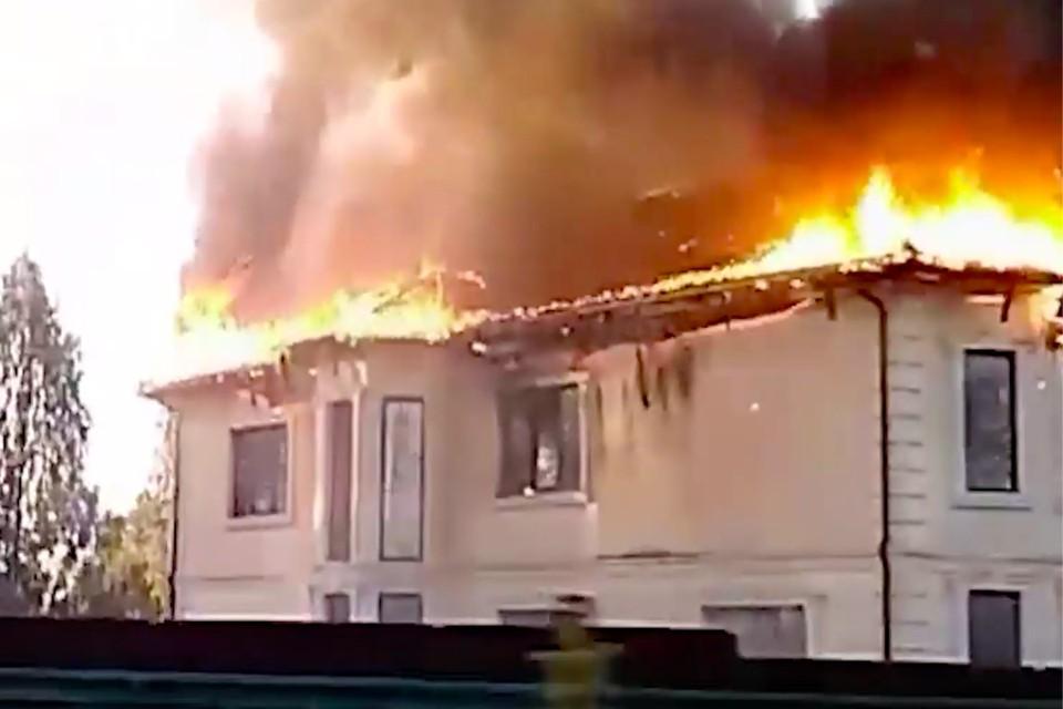 Огонь охватил крышу по всей площади. Фото: стоп-кадр из видео «АСТ-54»