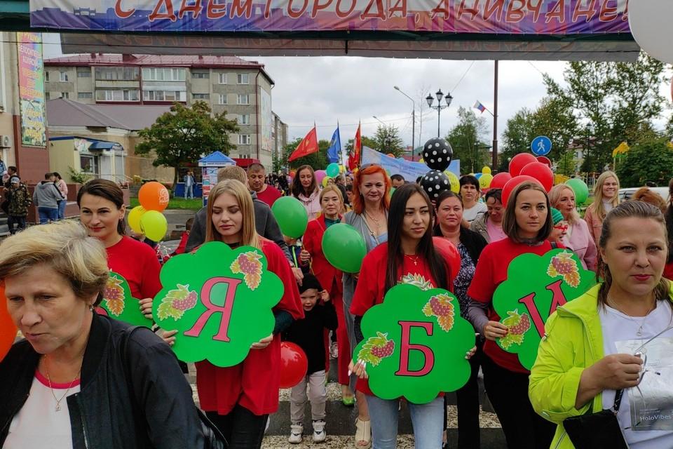 В полдень на ул. Ленина и городской площади состоялось праздничное шествие