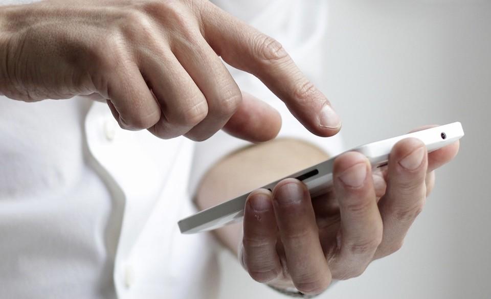 Роуминг на мобильную связь смолян отменят на территории Беларуси. Фото: страница губернатора Алексея Островского в соцсетях.