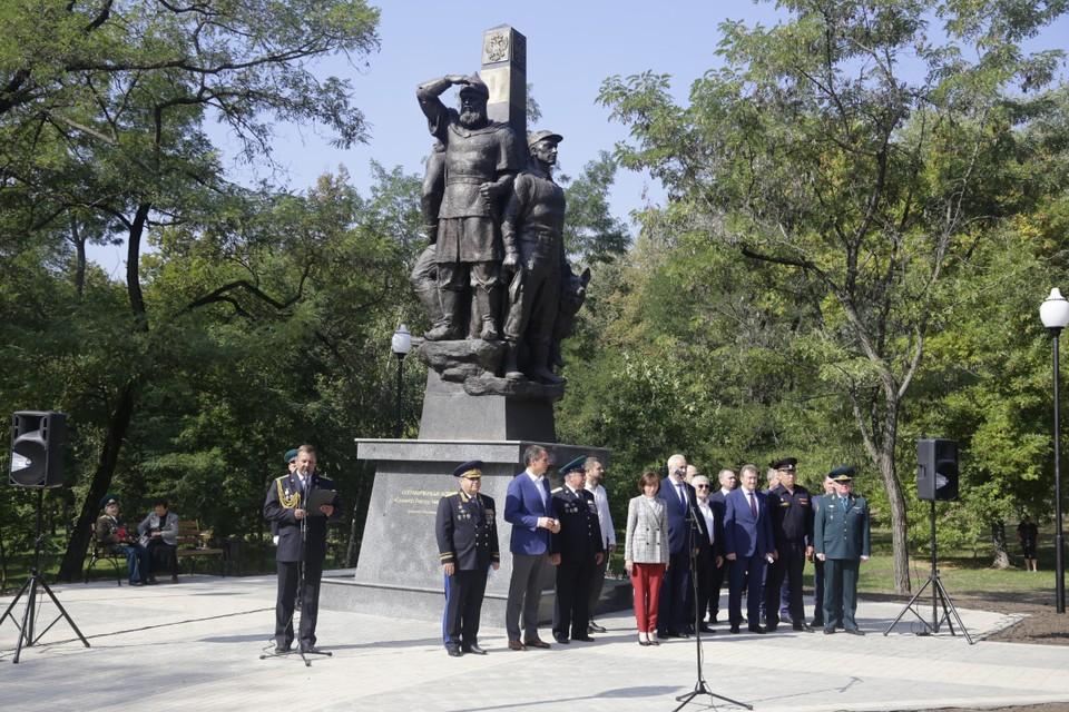 Автор памятника - известный белгородский скульптор Тарас Костенко.