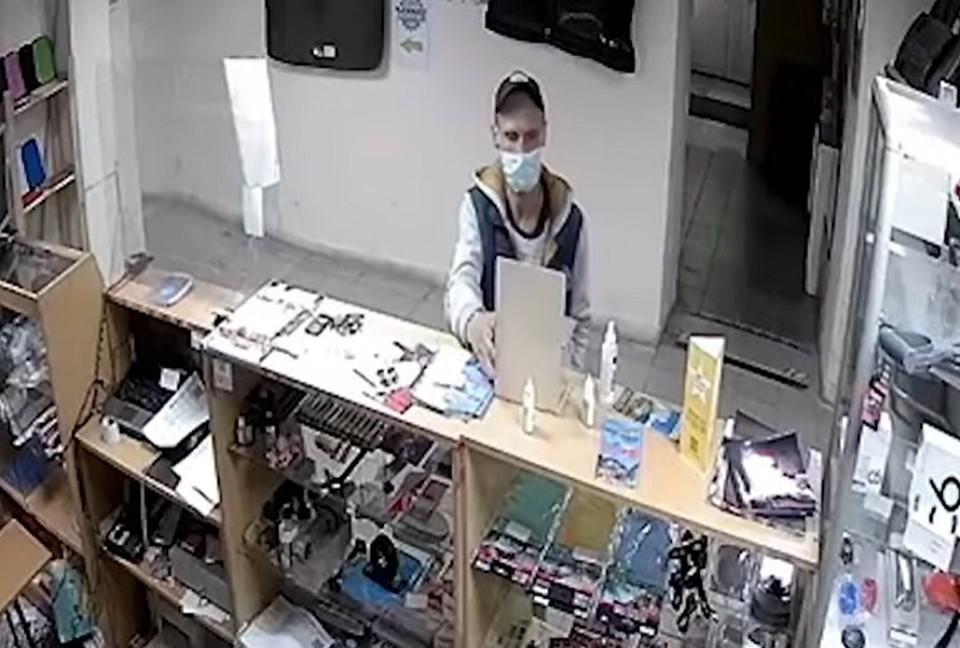 Местные жители рассказали, что вором оказался местный наркоман. Фото: скриншот видео