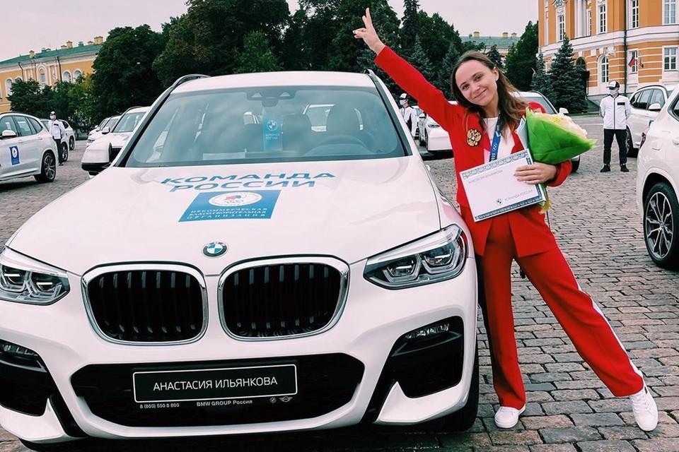 Несмотря на небольшой водительский опыт, свою машину Анастасия Ильянкова гонит домой сама. Фото: instagram.