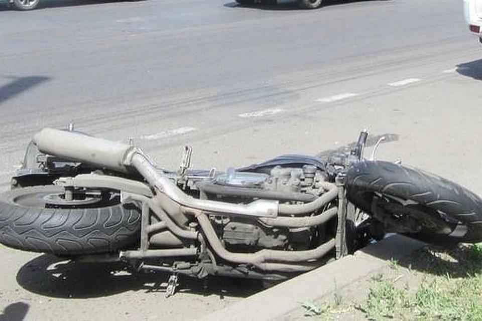 С черепно-мозговой травмой мотоциклиста увезли в больницу.